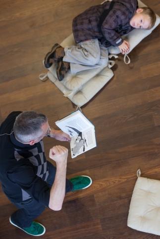 Lesung Arp-Museum Rolandseck: Autor voll im Einsatz, Zuhörer voll entspannt. So soll es sein! Foto: S. Frankowski www.rheinlinse.de
