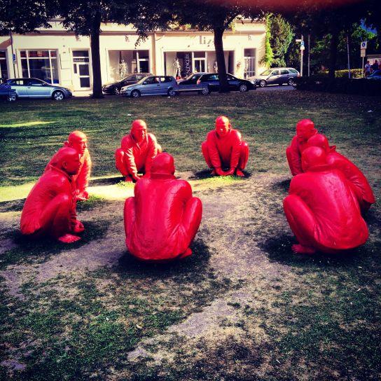 Ups, wer hockt denn da. (Skulpturenensemble von Wang Shuagang im Rahmen des Circles-Projekts, hier am Schönleinsplatz)