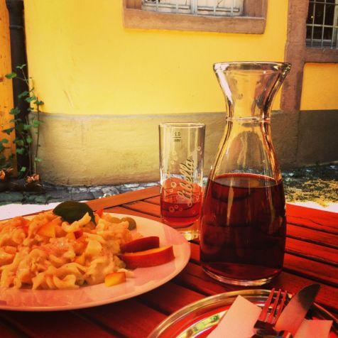 Mit schlichten Sachen kann man den Autor glücklich machen. Nein, kein fränkischer Wein. Johannisbeerschorle im Café Kunstpause.