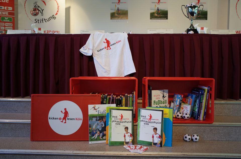 Zum Projekt gehören verschiedene Medien: T-Shirts, Knautschbälle, Flyer, Plakate, Lesezeichen und eine Bücherkiste für jede Gruppe