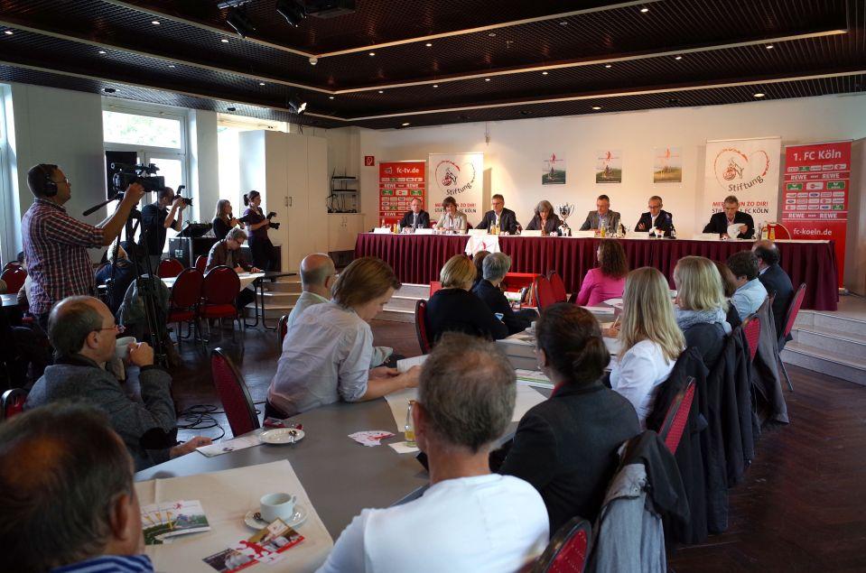 Die Macher und Sponsoren von kicken&lesen Köln stellen das Projekt der Öffentlichkeit vor.