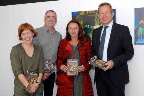 Die fröhlichen Autoren mit Jana Mikota (Uni Siegen) und Bürgermeister Steffen Mues