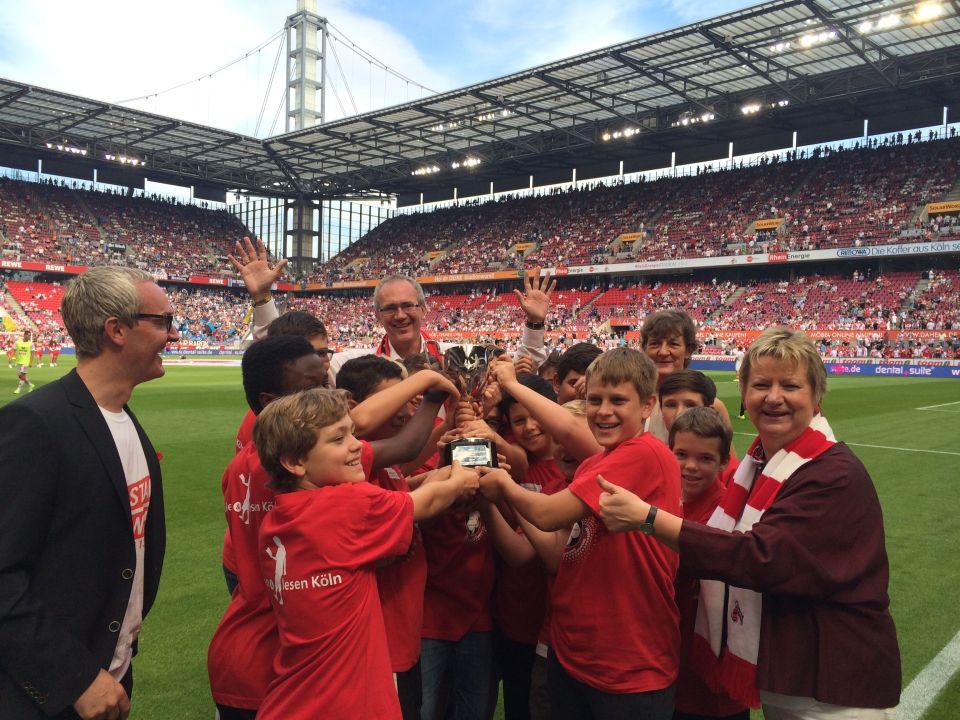 Übergabe Pokal Stadion FC